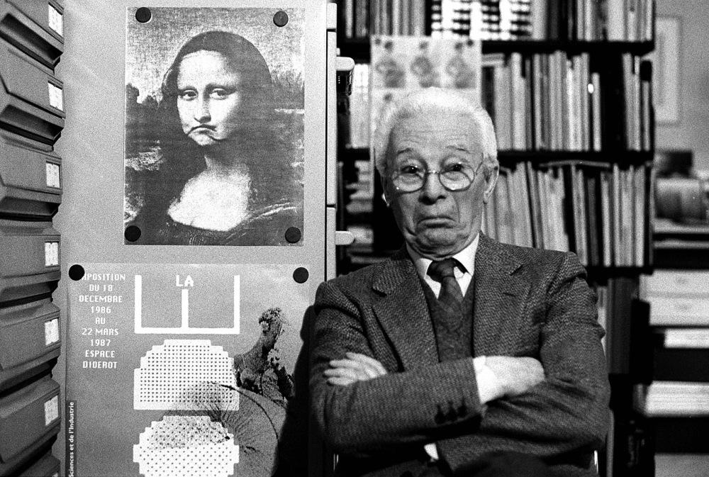 Atto-Bruno-Munari-nel-suo-studio-Milano-1988-©-Isisuf.-Istituto-internazionale-di-studi-sul-Futurismo.jpg